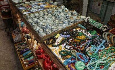 ANTIQUE SHOPPING ON HOLLYWOOD ROAD AND UPPER LASCAR ROW